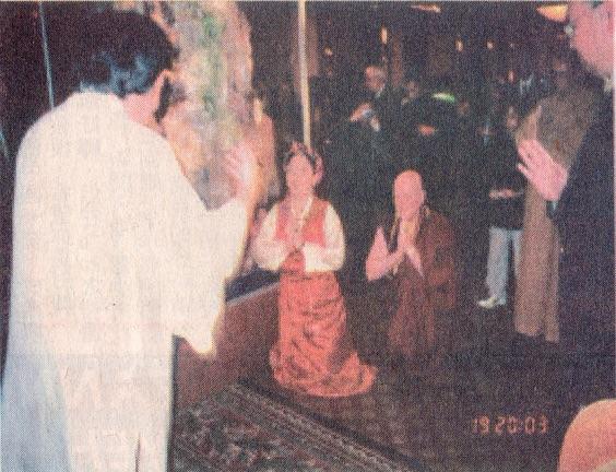 西藏来的及白人中的女活佛卓玛仁波切正在展厅向云高大法王(H.H.第三世多杰羌佛)顶礼。